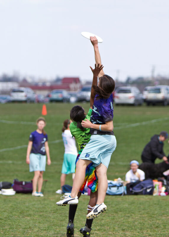 Lien Hoffmann skies a player at the 2013 Great Lakes Regionals.