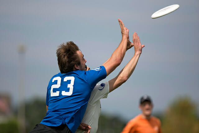 Johnny Bravo's Jimmy Mickle and Sockeye's Vehro Titcomb go for a disc at the 2014 US Open.