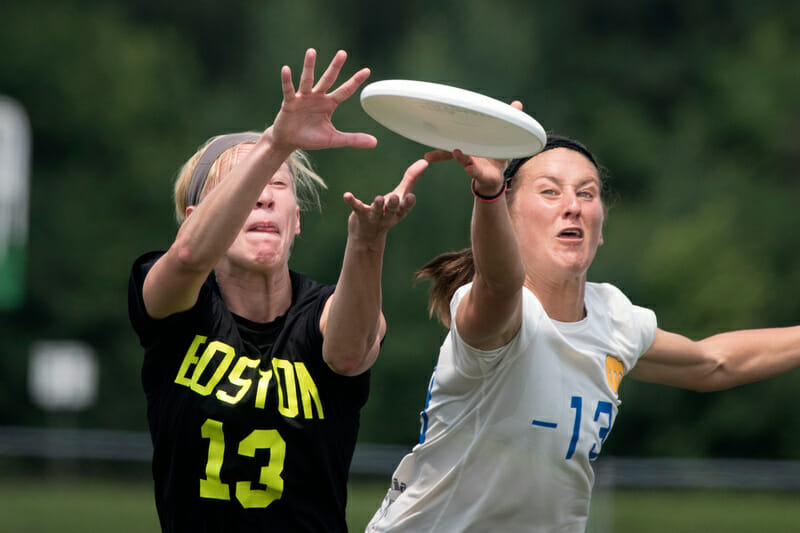 Fury's Cree Howard gets the block against Brute Squad's Becky Malinowski. Photo : Jolie Lang -- UltiPhotos.com