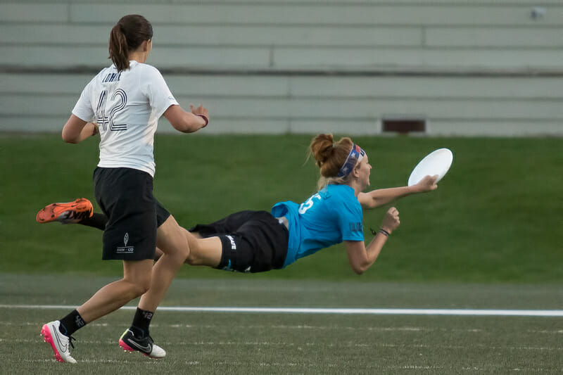 Lisa Pitcaithley lays out for an #SCTop10 grab. Photo: Paul Rutherford -- UltiPhotos.com