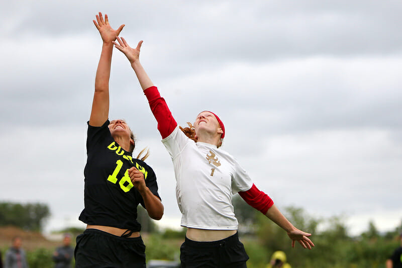 Riot and Brute Squad vye for a disc at the 2015 Pro Flight Finale.