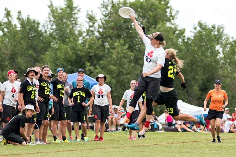 Julia Snyder makes a grab at the Pro-Elite Challenge. Photo: Ken Forman -- UltiPhotos.com