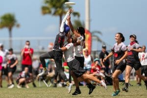 Ozone's Kate Travaglini attempts to secure a disc through contact at 2017 Club Nationals.