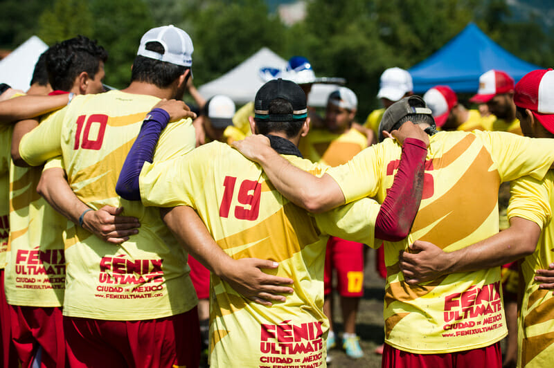 Fénix huddles at the 2014 World Ultimate Club Championships.
