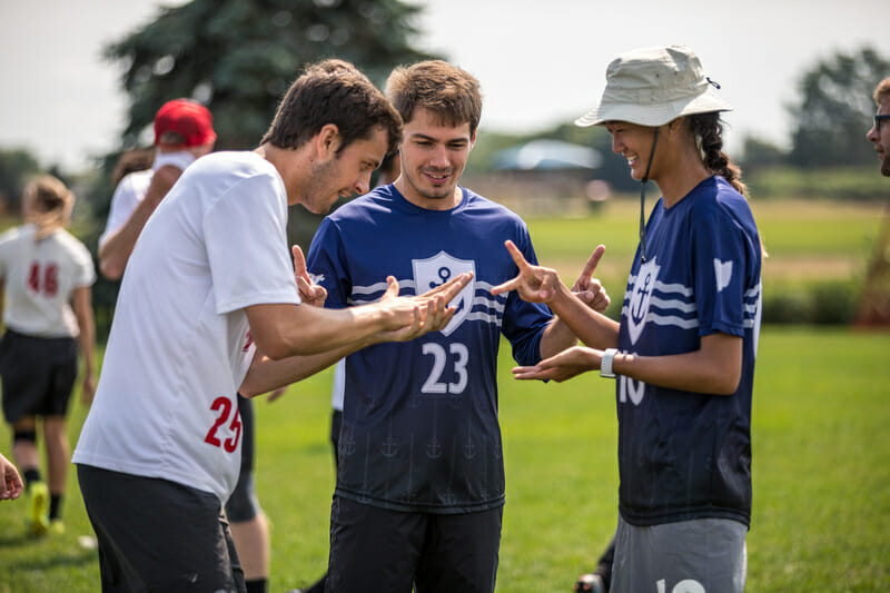 Slow White and Steamboat play rock-paper-scissors during a timeout at the 2018 US Open. Photo: Natalie Bigman-Pimentel -- UltiPhotos.com