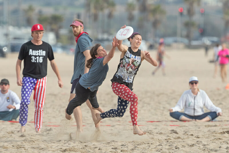 Claire Desmond makes the grab just in front of a bidding Claire Chastain at Lei Out. Photo: Rodney Chen -- UltiPhotos.com