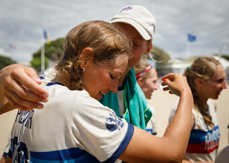 Dina Dumanskaia hugs Sasha Pustovaya at WCBU 2017. Photo: Robert Engelbrecht -- UltiPhotos.com