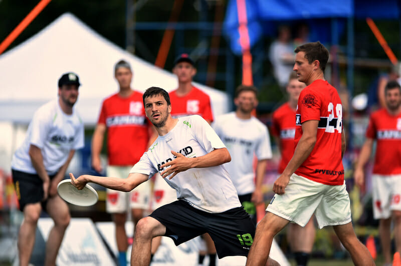 Germany's Holger Beuttenmüller throws past Clapham's Justin Foord at WUCC 2018. Photo: Billy Dzwonkowski -- UltiPhotos.com