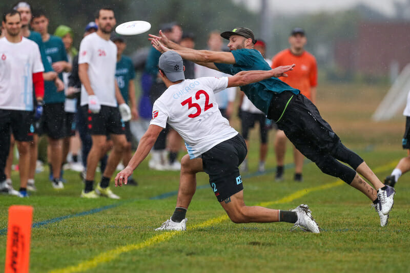 Emerald City's Adam Simon bids for the block against Chicago Machine's Sam Kanner. Photo: Paul Rutherford -- UltiPhotos.com