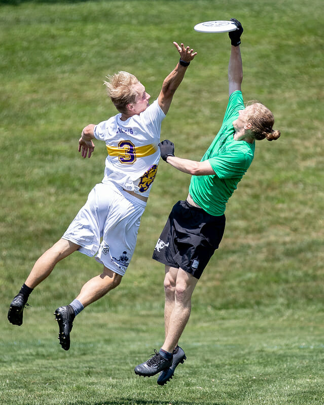 Players vie for the disc at Philly Open. Photo: Sandy Canetti -- UltiPhotos.com