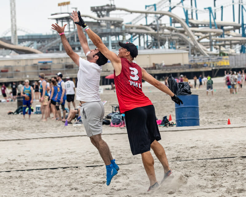 Players compete for the disc at Wildwood. Photo: Sandy Canetti -- Ultiphotos.com
