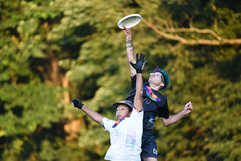 Reach for the sky they did. Austin Hegmon skies Corey Parker at the Con10ent Tour Philly Sto. Photo: Jolie J Lang — UltiPhotos.com