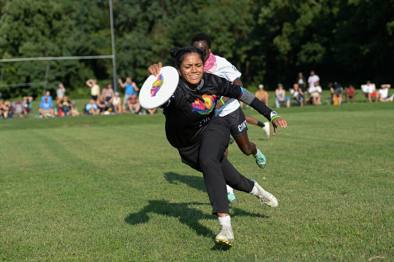 Genny De Jesus makes a quick snag of the disc at the Con10ent Tour Philly Stop. Photo: Kevin Leclaire — UltiPhotos.com